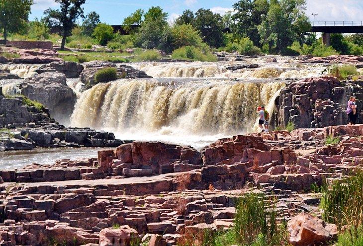 south-dakota-sioux-falls-falls-park-ground-view